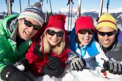 Gruppen av medelåldriga par skidar på ferie Royaltyfri Fotografi