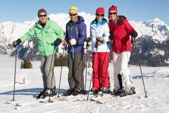 Gruppen av medelåldriga par skidar på ferie royaltyfria foton