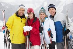 Gruppen av medelåldriga par skidar på ferie Arkivfoto