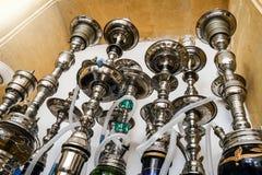 Gruppen av metall shinny shishavattenrör för att röka tobak på ett varmt kol royaltyfri bild