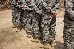 Gruppen av militär tjäna som soldat anseende i linje Royaltyfri Fotografi