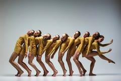 Gruppen av moderna balettdansörer Arkivfoton