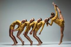 Gruppen av moderna balettdansörer Royaltyfri Bild