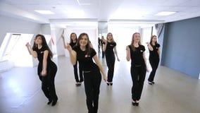 Gruppen av nätta flickor har kurs i dansklassrum lager videofilmer