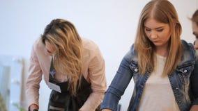 Gruppen av nätta kvinnor är upptagen med handen - gjort arbete i konststudio stock video