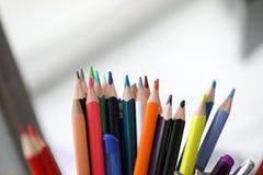Gruppen av olika blyertspennor st?r i h?llare royaltyfri foto