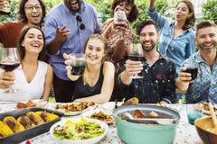 Gruppen av olika vänner som tycker om sommar, festar tillsammans royaltyfria bilder