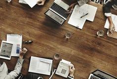 Gruppen av olikt affärsfolk har ett möte arkivbild