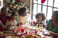 Gruppen av olikt folk samlar för julferie royaltyfria foton