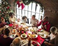 Gruppen av olikt folk samlar för julferie royaltyfri fotografi