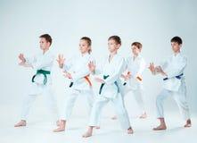Gruppen av pojkar och flickastridighet på Aikidoutbildning i kampsportskola Sund livsstil och sportbegrepp fotografering för bildbyråer