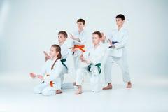 Gruppen av pojkar och flickastridighet på Aikidoutbildning i kampsportskola Sund livsstil och sportbegrepp royaltyfria bilder