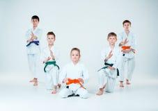Gruppen av pojkar och flickastridighet på Aikidoutbildning i kampsportskola Sund livsstil och sportbegrepp arkivbild