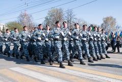 Gruppen av polisen som sakkunniga gå i skaror ståtar på Royaltyfri Foto