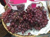 Gruppen av röda druvor Royaltyfria Bilder