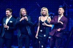 Gruppen av sångare utför på etapp under konserten för den Viktor Drobysh den 50th årsfödelsedagen på Barclay Center Fotografering för Bildbyråer