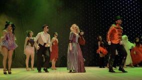 Gruppen av sagahjältar är dansa och sjungande på etapp i teater stock video