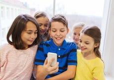 Gruppen av skolan lurar att ta selfie med smartphonen arkivbild