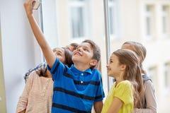 Gruppen av skolan lurar att ta selfie med smartphonen royaltyfri fotografi