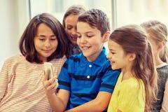 Gruppen av skolan lurar att ta selfie med smartphonen fotografering för bildbyråer