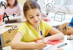 Gruppen av skolan lurar handstilprovet i klassrum Fotografering för Bildbyråer