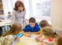 Gruppen av skolan lurar handstilprovet i klassrum Royaltyfri Bild