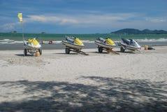 Gruppen av strålen skidar på stranden Arkivbild