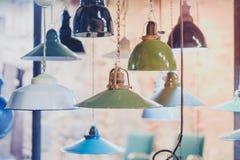 Gruppen av tappning tänder att hänga - industriella lampor Royaltyfri Fotografi