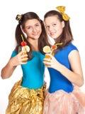 Gruppen av tonår eller deltagare har gyckel på deltagare Royaltyfri Bild