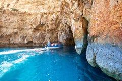 Gruppen av torists besöker den blåa grottan - famuous havsgrotta på södra p royaltyfri foto