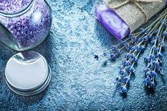 Gruppen av torr lavendel hand-gjorde tvålkruset med parfymerat salt för bad royaltyfri bild