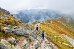 Gruppen av turister går till överkanten av Kasprowyen Wierch i Tatra berg Arkivbild