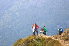 Gruppen av turister går till överkanten av Kasprowyen Wierch i Tatra berg Royaltyfria Bilder
