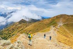Gruppen av turister går till överkanten av Kasprowyen Wierch i Tatra berg Royaltyfria Foton