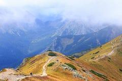 Gruppen av turister går till överkanten av Kasprowyen Wierch i Tatra berg Royaltyfri Bild