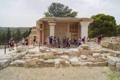 Gruppen av turister i fördärvar av slotten av Knossos Grekland, Kreta, Royaltyfri Bild