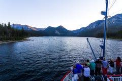 Gruppen av turister tycker om sjön turnerar Arkivbild