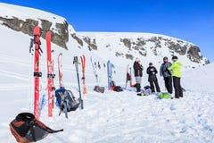 Gruppen av turister vilar och dricker te under deras skidar vandringen i bergen av arktisken, Hibiny Arkivbilder