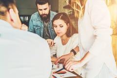 Gruppen av unga businesspeople arbetar tillsammans Idékläckning teamwork, start, affärsplanläggning Hipsters som lär fotografering för bildbyråer