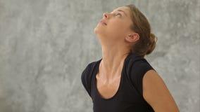 Gruppen av unga kvinnor har yogagrupp som gör krigaren, poserar i konditionstudio stock video