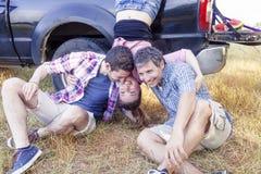 Gruppen av unga vuxna människor gör galet och kyssar Royaltyfri Bild