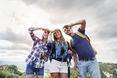 Gruppen av unga vuxna människor ser till horisonten fotografering för bildbyråer