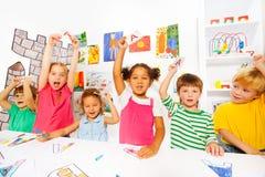 Gruppen av ungar lär första bokstäver i läsninggrupp arkivbild