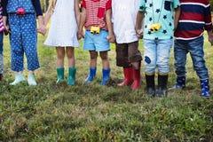 Gruppen av ungar skolar fältturer som att utomhus lär botaniskt parkera Royaltyfri Foto