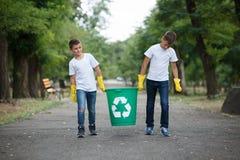 Gruppen av ungar ställa upp som frivillig miljön för välgörenhet för hjälpavskrädesamlingen, selektiv mjuk fokus team arbete Royaltyfria Bilder