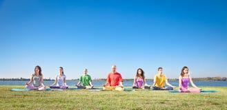 Gruppen av ungdomar har meditation Royaltyfria Foton