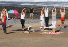 Gruppen av ungdomar har meditation på yoga att klassificera Arkivbilder