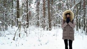 Gruppen av ungdomarpromenerar slingan för skog` s arkivfilmer