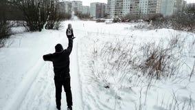 Gruppen av ungdomarpromenerar slingan för skog` s på molnig vinterdag lager videofilmer