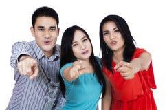 Gruppen av ungdomarstående punkt fingrar på dig Royaltyfria Foton